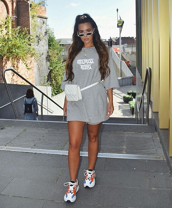 Woman wearing a gray oversized Tee with a Fanny Pack