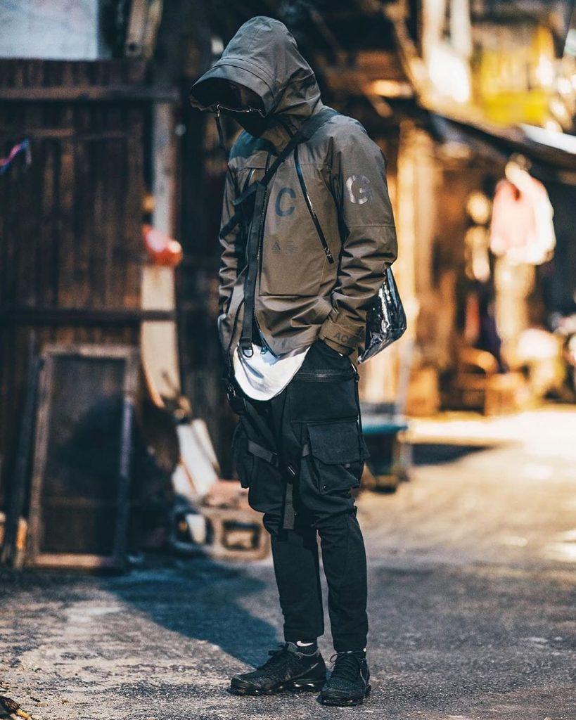 Man-wearing-a-techwear-outfit
