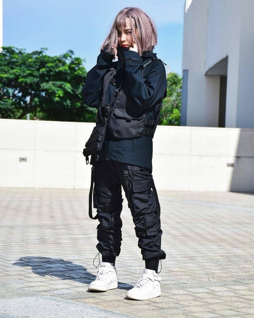 all-black-techwear-outfits-for-women