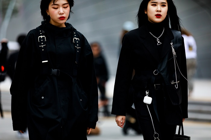 Women-cyberpunk-outfits-seoul-fashion-week
