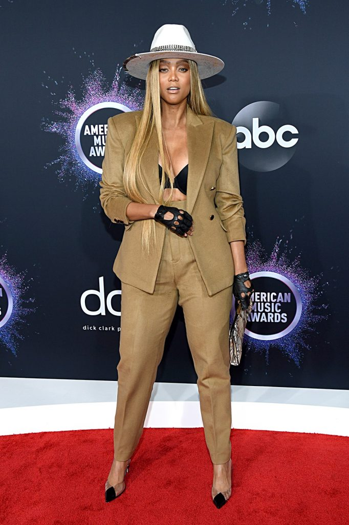 2019-AMA-tyra-banks-red-carpet-look